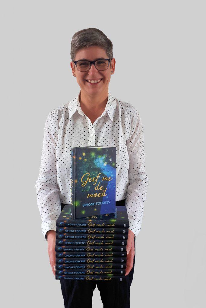 Simone Foekens met boek Geef me de moed